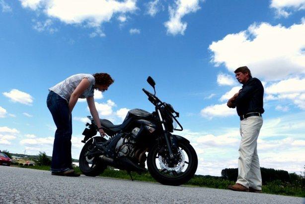 Inspecteur et élève au permis conduire moto
